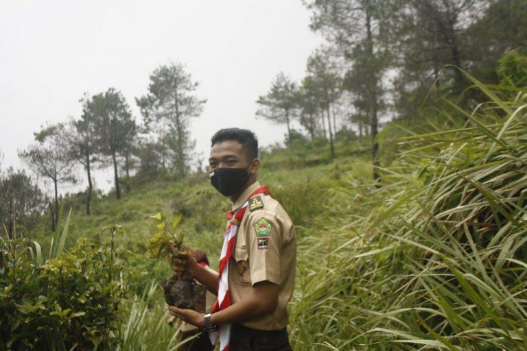 Valentine Day, DKR Kalimanah Tanam Pohon di Gunung Slamet